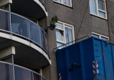Ontmanteling Hennepplantage via balkon (Foto: Martin Damen)