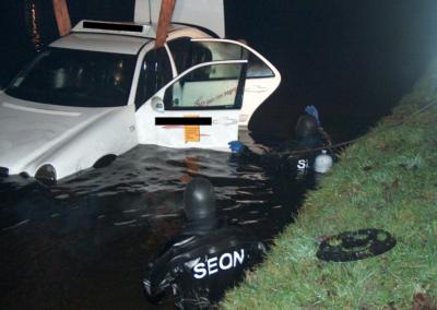 Berging te water geraakte taxi
